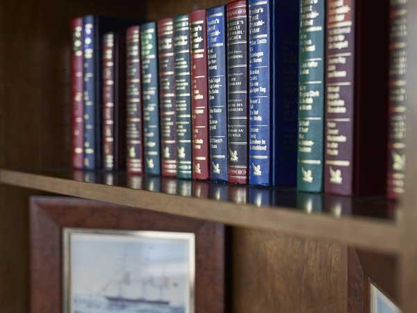 Bücher und Bilder in einem Regal