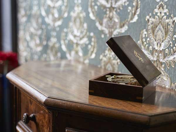 Kompass in einer kleinen Kiste auf einer Kommode