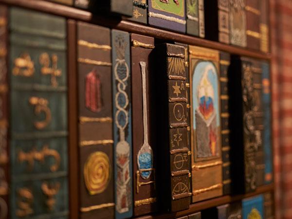 Alte Bücher in einem Regal