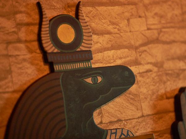 Ägyptische Gottheit mit einem Echsenkopf